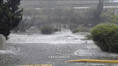 Chuva de granizo destalha casas em Rio Branco do Sul - O sol volta a aparecer no fim de semana em Curitiba e litoral.