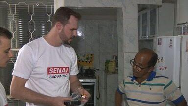 Voluntários do Senai orientam a população sobre o fim do sinal analógico - Moradores devem providenciar o conversor e a antena para ter sinal digital em TVs antigas.