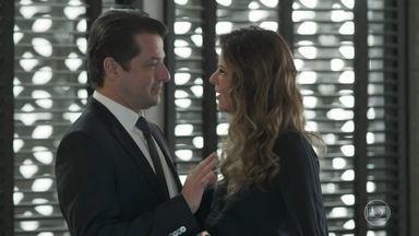 Maria Pia e Malagueta se beijam - Malagueta propõe que a loira fuja com ele. Maria Pia não resiste e beija Vítor