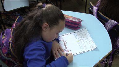 Crianças fazem pedidos ao Papai Noel dos Correios em cartinhas - As cartas podem ser adotadas por voluntários nas agências dos Correios.
