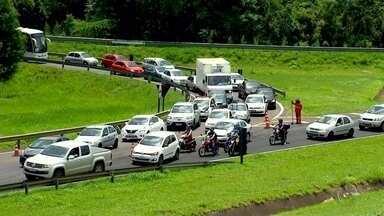 Rodovias em obras complicam o trânsito em Rio Preto - A sexta-feira (10) não foi fácil para o motorista em Rio Preto. As duas principais rodovias que cortam a cidade estão em obras. Na BR-153, parte da pista tem ficado interditada em alguns momentos pro transporte de vigas usadas na construção de uma ponte.