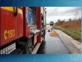 Acidente com caminhão carregado de nitrato de amônia interdita parte da BR-135 - Acidente ocorreu na saída de Montes Claros, envolvendo um carro de passeio e o caminhão; estrada foi totalmente liberada por volta das 16h30.
