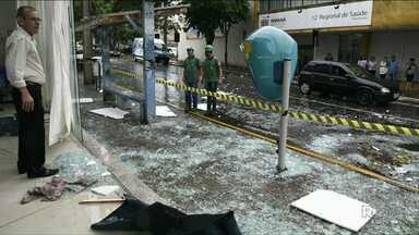 Vento derruba portas de vidro da Secretaria de Saúde de Umuarama - O temporal desta sexta-feira, 10, também causou estragos em outras cidades do Noroeste.