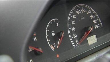 Motoristas protestam em Goiânia: compram só R$ 0,50 de gasolina - Nos postos, o mesmo preço: R$ 4,49 por litro, o segundo mais alto do país. Motoristas formam filas, abastecem com R$ 0,50 e pedem a nota fiscal.
