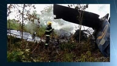 Avião cai na cidade de Goiás, e passageiros sobrevivem - Segundo o Corpo de Bombeiros, piloto e mais três ocupantes estavam na aeronave e sofreram ferimentos leves. Avião pegou fogo após a queda.