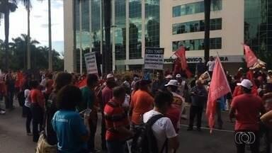 Manifestantes fazem ato em Goiânia contra as reformas da Previdência e Trabalhista - Cerca de 500 pessoas participaram do protesto, segundo os organizadores. Já a Polícia Militar acompanhou e estimou 250 participantes.