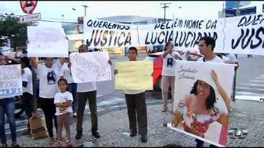 Família de mulher morta por motoristas bêbado faz protesto em Goiânia - Filha dela ficou ferida.