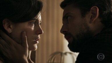 Clara desiste de seu plano e avisa Renato - Ela afirma para o médico que vai tentar salvar seu casamento com Gael