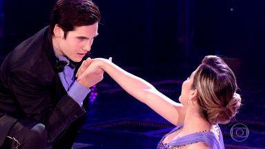 Nicolas Prattes e Mayara dançam foxtrote - Dupla mostra sintonia na primeira apresentação da noite