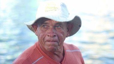 """Globo Lab: Margem - No Recife, um pescador fez do seu barco sua casa. ele pesca, vende o que consegue no dia e volta pro mesmo barco. São mais de vinte anos assim. Segundo ele """"talvez eu viva melhor do que eles"""". Reportagem realizada por Ademara Thalyta e Thiago Santos, de Pernambuco."""