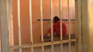 Mulher foragida desde 1990 é presa em São Joaquim de Bicas, na Grande BH - Ela foi encontrada após a polícia investigar crime do qual os filhos da foragida são suspeitos. Segundo a polícia, ela foi condenada por latrocínio e deve cumprir 50 anos de prisão.