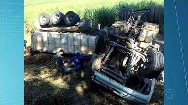 Motorista morre após tombar carreta na BR-104, em São José da Laje - Ele foi socorrido pelo Corpo de Bombeiros, mas não resistiu aos ferimentos.