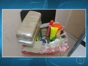 Polícia apreende 11 kg de maconha dentro de micro-ônibus na BR-251 - Droga estava escondida em uma caixa de cosméticos; três pessoas foram presas em Montes Claros e Taiobeiras.