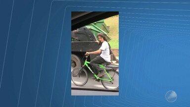 Ciclista pega carona em caminhão no meio da Avenida ACM, em Salvador - Confira o registro.