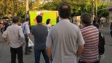 Torcida acompanha amistoso contra a Inglaterra com sinal digital nas ruas do Rio - Torcida acompanha amistoso contra a Inglaterra com sinal digital nas ruas do Rio