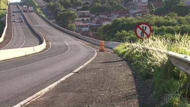 Feriado começa com duas mortes em acidentes na região de Maringá - Motociclista morreu ao bater em mureta de proteção no Contorno Norte