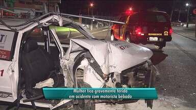 Mulher fica gravemente feriada em acidente com motorista bêbado - O carro bateu em um poste e com impacto da batida alguns bairros ficaram sem luz.