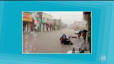 Chuva forte alaga ruas e deixa veículos submersos em São Raimundo Nonato - Chuva forte alaga ruas e deixa veículos submersos em São Raimundo Nonato
