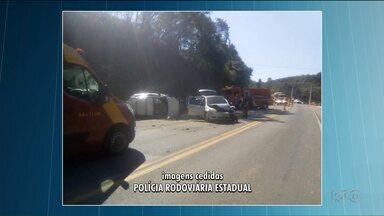 Acidente deixa cinco pessoas feridas - Dois carros bateram de frente e um capotou.