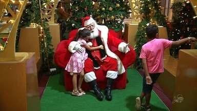 Papai Noel vira atração para crianças antecipando a chegada do natal - Saiba mais em g1.com.br/ce