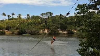 Por Aí: handsurf em Amaralina e trilha na Reserva de Sapiranga são os próximos passeios - Quadro mostra onde fazer atividades físicas gratuitas.