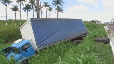 Motorista fica ferido em acidente na MG-050, em Passos (MG) - Motorista fica ferido em acidente na MG-050, em Passos (MG)