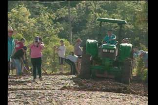 O Daer pretende intensificar ações de recuperação de estradas na Região - No feriado moradores de Crissiumal, RS, fizeram uma operação tapa buracos.