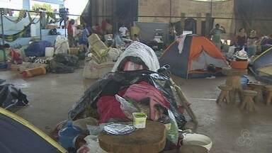 Famílias de agricultores acampam em ginásio no Candeias do Jamari - Dezenas de famílias que ocupavam uma área rural que foi alvo de uma reintegração de posse que acamparam.