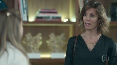 Malu convence Clara a voltar para casa com ela - Malu pede desculpas por seus erros como mãe. Leide se impressiona com a falsidade da professora