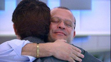 Eduardo abraça o pai e decide dar uma chance - Huck tenta ajudar Alex Sander a se reconciliar com o filho no primeiro episódio do quadro 'O Próximo Passo'