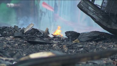 Incêndio atinge 14 casas no Parolin e deixa 56 desabrigados - Famílias receberam assistência no CRAS.