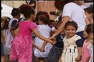 Projeto doa vestidos para crianças de escola municipal em Uberaba - Projeto Menina Bonita é realizado desde 2015 na cidade e já doou centenas de roupas à crianças de 2 a 8 anos.