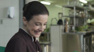 Luíza pensa no pedido de Eric - Durante visita ao marido no presídio, Eric contou seus planos e pediu a ajuda de Luíza