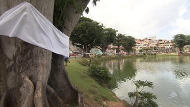 Tecidos brancos são amarrados em árvores por praticantes do candomblé, para pedir paz - O ritual de sacralização dos Ojás foi realizado na madrugada deste sábado (18).