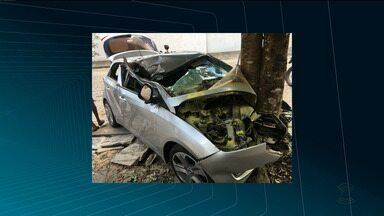 Bandidos roubam carro e batem em árvore em Campina Grande - Um dos assaltantes acabou preso