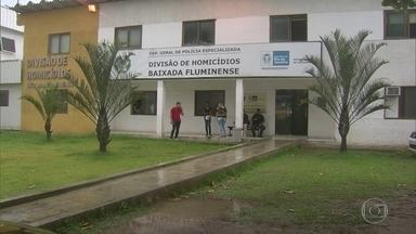 PM e amigo são presos suspeitos de matar homem por causa de dívida - Segundo as investigações, o policial militar matou com a ajuda de dois amigos um homem, no sábado, (18) em Nova Iguaçu. O amigo do PM estava devendo R$ 1 mil para a vítima.