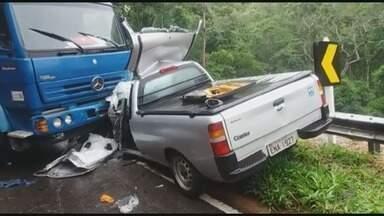 Uma pessoa morre e outras três ficam feridas em acidente na BR-354 - Uma pessoa morre e outras três ficam feridas em acidente na BR-354