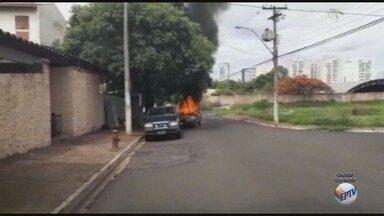 Carro pega fogo no bairro João Rossi em Ribeirão Preto, SP - Moradores ficaram com medo de uma possível explosão do veículo.