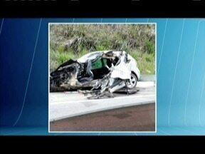 Três pessoas morrem em acidente entre carro e carreta na BR-381, em Naque - Segundo a PRF, motorista do carro perdeu o controle da direção em uma curva e invadiu a contramão; uma criança de 3 anos ficou gravemente ferida.