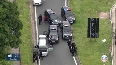 Polícia Civil intercepta carro roubado na Raposo Tavares - Com o apoio de um helicóptero e sete viaturas, agentes da Polícia Civil interceptaram um carro roubado na Rodovia Raposo Tavares. O carro transportava drogas. Duas pessoas foram presas.