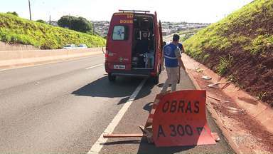 Motociclista bate em placa de sinalização de obras em rodovia e fica gravemente ferida - A Polícia Rodoviária Federal vai apurar as causas do acidente.