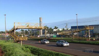 Caçamba de caminhão bate em passarela e derruba parte da estrutura - De acordo com a Polícia Rodoviária Federal, a BR 376 deve deve permanecer em meia pista até a verificação da estrutura da passarela.