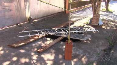 Idosa cai em buraco aberto em calçada de Sarandi - De acordo com a prefeitura de Sarandi, o buraco trata-se de uma fossa irregular.