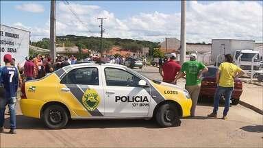 Três pessoas são mortas a tiros em Fazenda Rio Grande - Elas foram mortas em uma loja de carros.