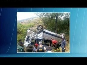 Acidente na MG-129 deixa mortos na Região Central de Minas Gerais - Segundo os bombeiros, três pessoas morreram e outras onze ficaram feridas. Uma van e um caminhão se envolveram no acidente.