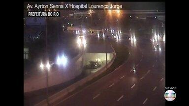 Água é retirada do mergulhão da Avenida Ayrton Senna - A chuva forte deixou várias ruas alagadas