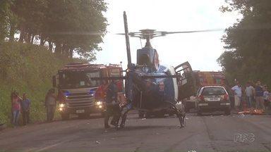Três ficam gravemente feridos em acidente na PR-317 - Batida foi frontal; helicóptero do Samu atendeu uma das vítimas