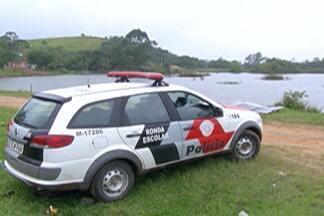 Bombeiros de Mogi localizam corpo em lagoa no bairro da Volta Fria - De acordo com as primeiras informações, corpo é de um homem com cerca de 50 anos.