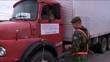 Exército faz abordagens nas estradas do Sul do ES para pesquisa do DNIT - Situação não se trata de blitz.