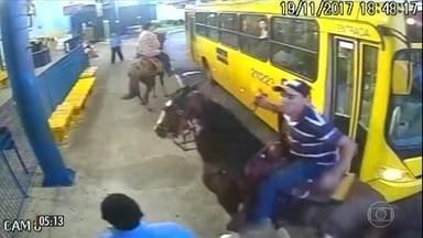Cavaleiros tentam impedir que motorista de ônibus siga viagem em Ourinhos (SP) - Os três cavaleiros discutiram com um motorista do ônibus cheio de passageiros. Um dos cavaleiros quebrou uma das janelas do coletivo.